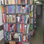 zdjęcie regałów z książkami w bibliotece Szkoły Języków Obcych